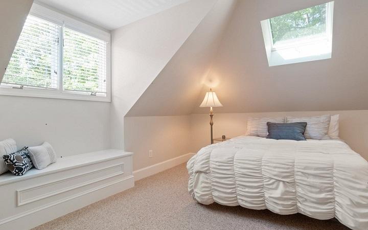 dormitorio-con-banco-junto-a-la-ventana
